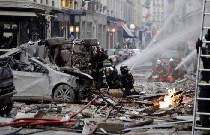 Bombeiros tentam apagar o fogo depois da explosão em uma padaria na esquina das ruas Saint-Cecile e Rue de Trevise, em Paris (Foto: Thomas Sampson / AFP)
