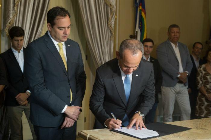 Governador Paulo Câmara e o secretário de Educação, Frederico Amancio, assinaram decreto do programa nesta manhã. Foto: Camila Pifano/Esp.DP.