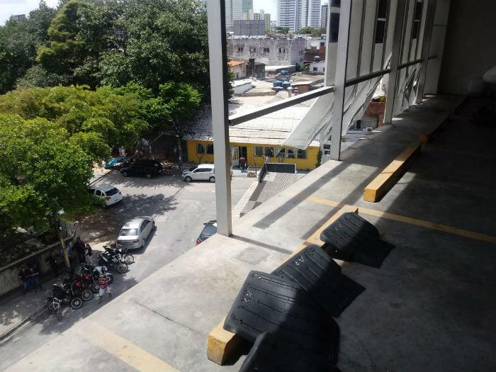 Veículo despencou de altura de aproximadamente 10 metros. Foto: Corpo de Bombeiros de Pernambuco/Divulgação.