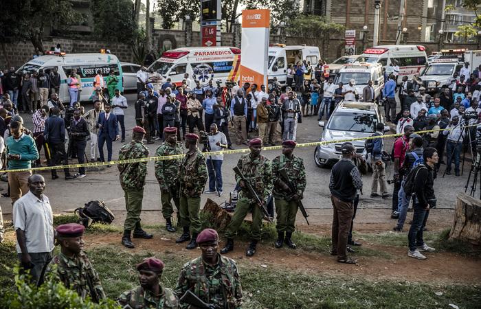 Uma enorme explosão seguida por um tiroteio abalou um hotel de luxo e um complexo de escritórios em Nairobi. Foto: Luis Tato / AFP