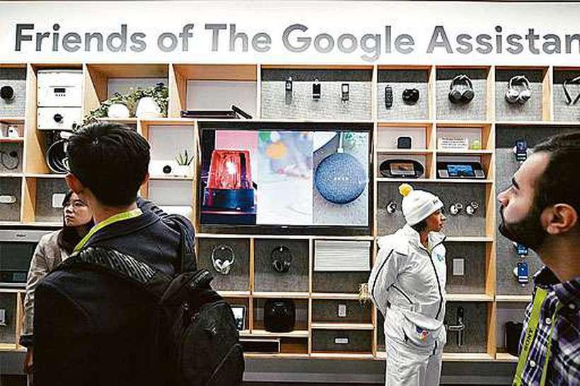 Dispositivos eletrônicos domésticos que integram o Google Assistant são exibidos no pavilhão da empresa na CES 2019. Foto: Robyn Beck/AFP