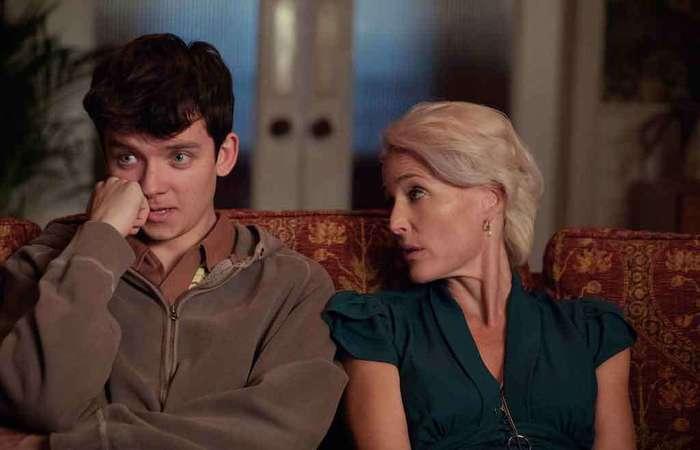 Comédia da Netflix parte do contraponto entre Jean, terapeuta sexual totalmente liberal, e o filho Otis, jovem acanhado e virgem. Foto: Sam Taylor/divulgação