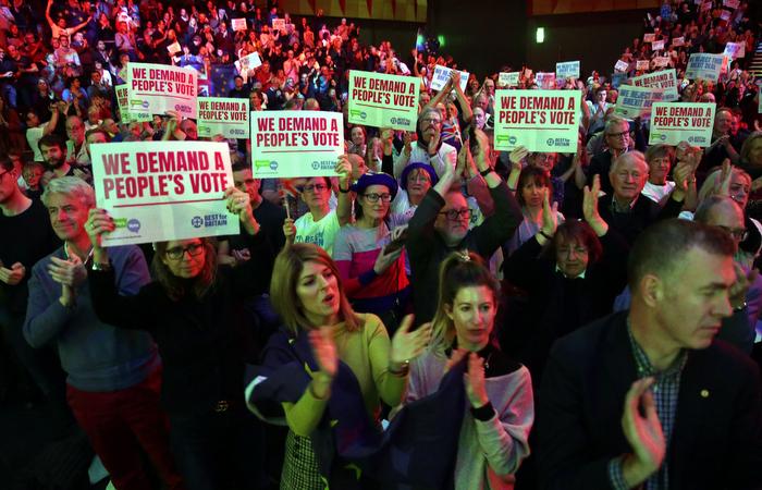De acordo com uma compilação de pesquisas de opinião realizadas pela organização independente What UK Thinks, a opção de permanecer na União Europeia teria agora 54% dos votos. Foto: Daniel LEAL-OLIVAS / AFP