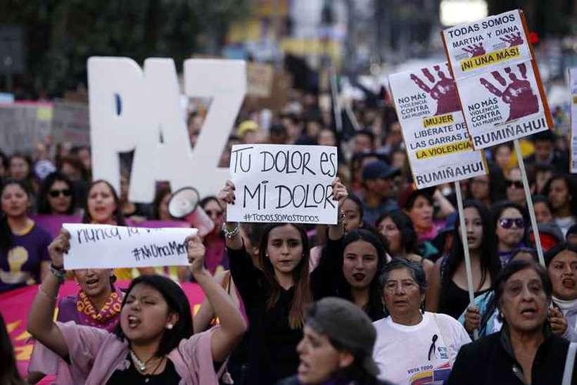 Os manifestantes, em sua maioria mulheres vestidas de preto em sinal de luto, caminharam por cerca de duas horas até chegar à sede principal da Procuradoria-Geral do Estado, no centro de Quito. Foto: Cristina Vega / AFP