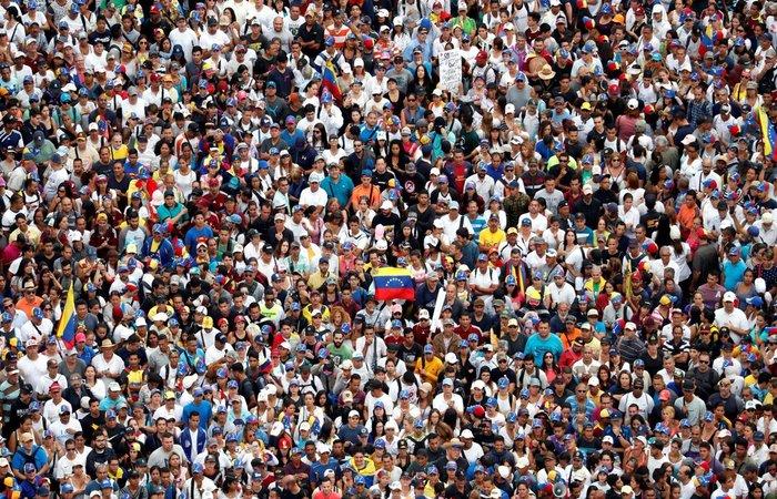 Venezuelanos tomaram as ruas da capital Caracas em apoio ao deputado Juan Gauidó, que se autoproclamou presidente interino da Venezuela - Foto: Twitter/Reprodução
