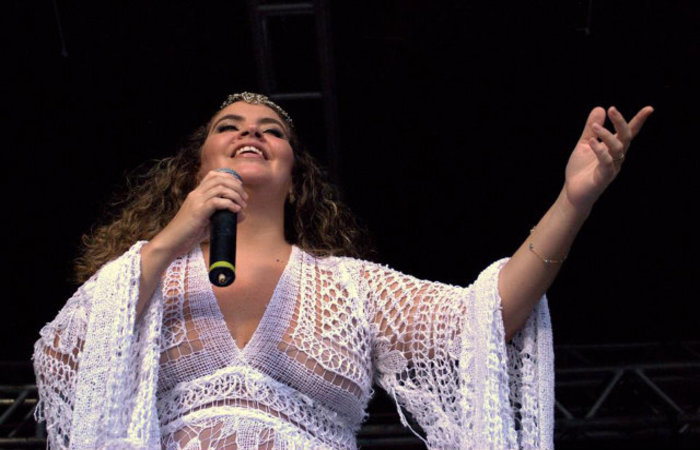 A cantora Karynna Spinelli subirá ao palco às 18h.  Foto: Nilton Leal/Divulgação (Foto: Nilton Leal/Divulgação)