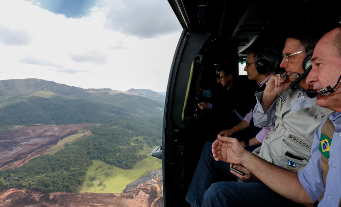 O Presidente da República, Jair Bolsonaro, durante sobrevoo da região atingida pelo rompimento da barragem Mina Córrego do Feijão, em Brumadinho/MG. Foto: Isac Nóbrega/PR/Fotos públicas