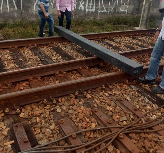 Madeira colocada nos trilhos pesa 100 quilos e precisa de quatro homens para ser carregada. Foto: PF/divulgação