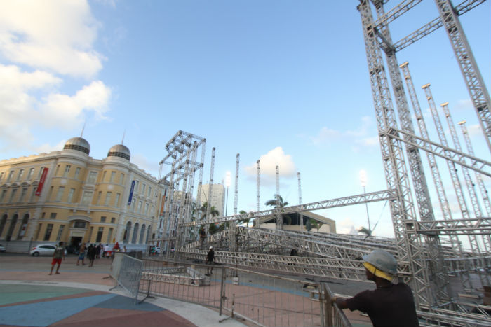 Montagem da estrutura no Marco Zero termina na semana pré-carnavalesca. Foto: Nando Chiappetta/DP.