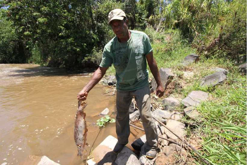 José Raimundo Gomes da Silva lamenta morte de peixes e água turva. Foto: Edesio Ferreira/Estado de Minas