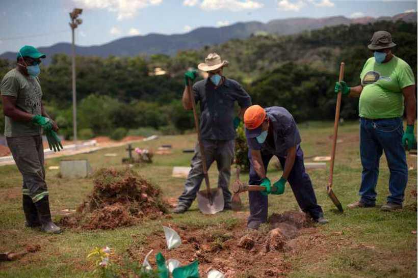 Profissionais têm que sepultar familiares e amigos que perderam na tragédia. Foto: Mauro Pimentel/AFP