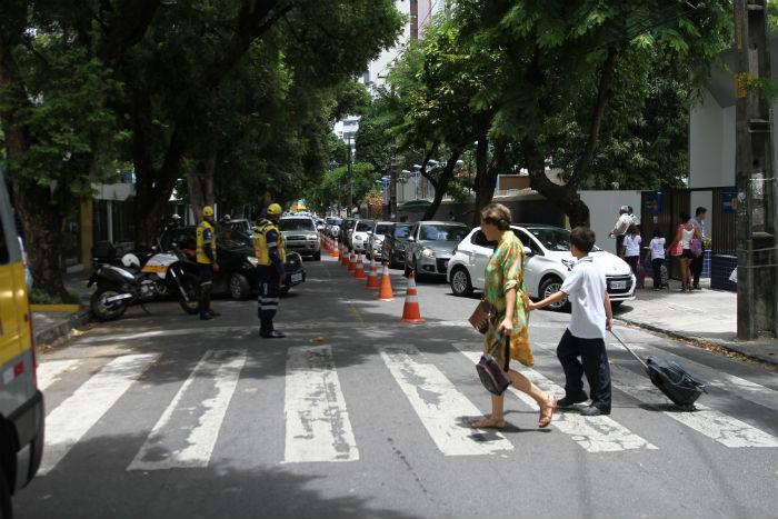 Estacionar em fila dupla, sobre faixa de pedestre ou em desacordo com a sinalização regulamentada na via são infrações graves. Foto: Julio Jacobina/DP.