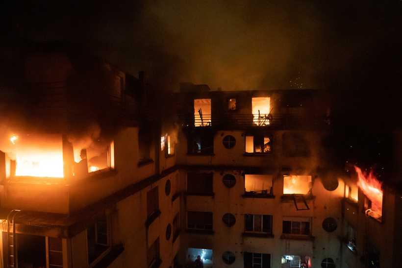 Uma mulher que morava no prédio foi detida por suspeita de incendiar o local intencionalmente. Foto: Corpo de Bombeiros Paris/AFP