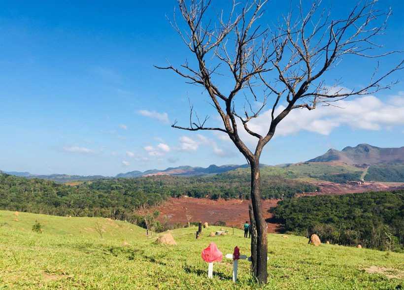 Cruzes chamam a atenção para mortos em meio ao rastro de lama observado dos pontos mais altos da zona rural de Brumadinho. Foto: Edésio Ferreira/EM/D.A PRESS