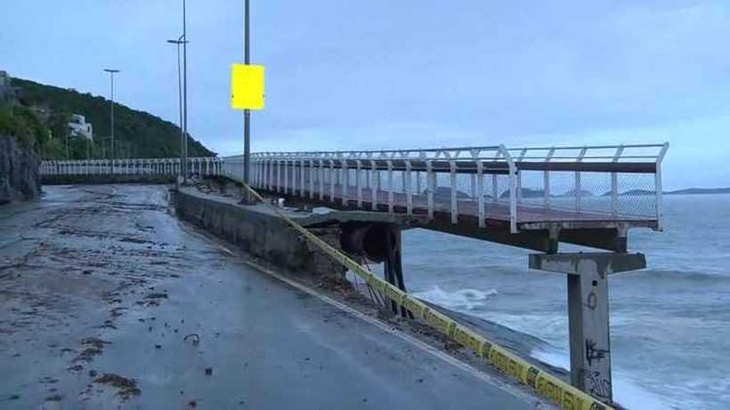 Em abril de 2016, a ressaca do mar de São Conrado, na zona sul, já havia derrubado parte da estrutura. Foto: Reprodução/GloboNews