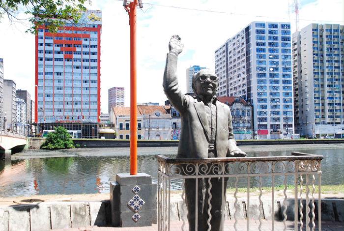 Estátua de Capiba será um dos pontos visitados do roteiro. Foto: Carlos Augusto/Divulgação.