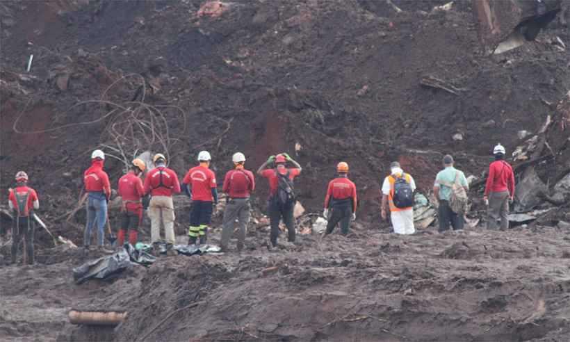 Bombeiros chegam à área do desastre para mais um dia de trabalho: 182 pessoas continuam desaparecidas, 55 delas funcionários da mineradora. Foto: Edésio Ferreira/EM/D.A Press