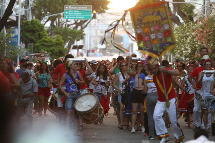 O bloco Brincante Popular arrastou, ao som da percussão do maracatu, centenas de foliões. Foto: Peu Ricardo/DP.