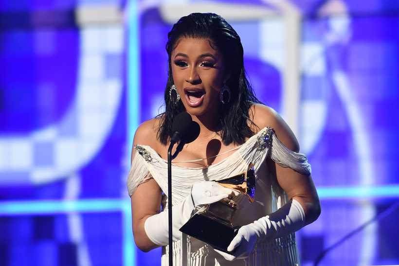 """Cardi B com o prêmio de """"Melhor álbum Rap"""". Foto: AFP"""