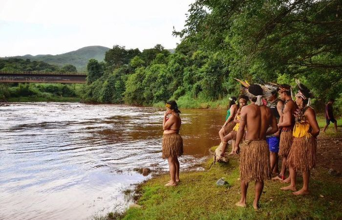 Índios da tribo Pataxó Hã-hã-hãe, em Minas Gerais, observam o rio Paraopeba após rompimento da barragem da Vale, no mês passado. Foto: Lucas Hallel/ASCOM/FUNAI