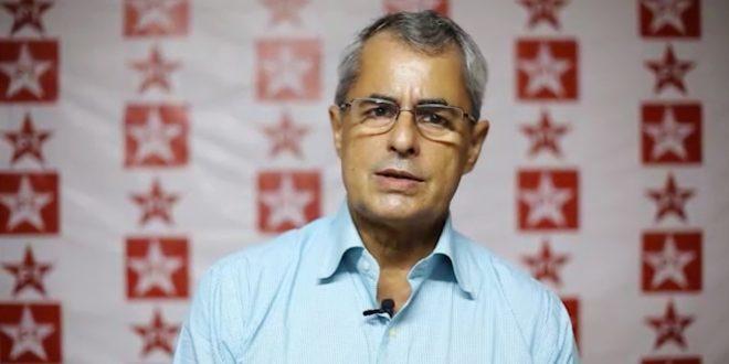 Bruno Ribeiro apresenta carta de renúncia do cargo. Foto: PT/PE/Divulgação.
