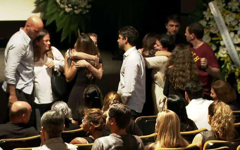 Veruska Boechat, viúva de Ricardo Boechat, sendo abraçada durante o velório do jornalista. Foto: Reprodução/TV Globo