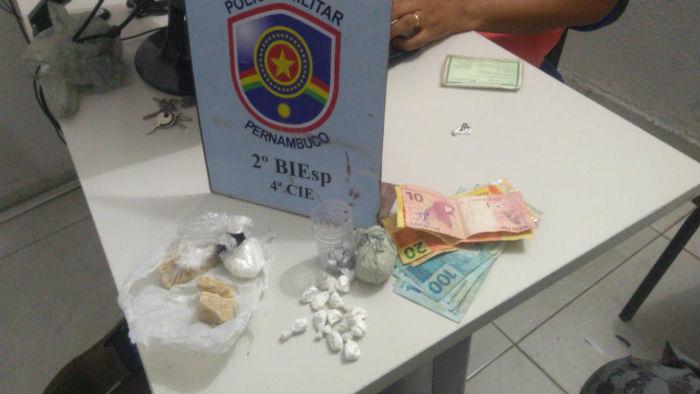 PM apreendeu drogas e R$ 500 na casa dos suspeitos. Foto: PM/divulgação