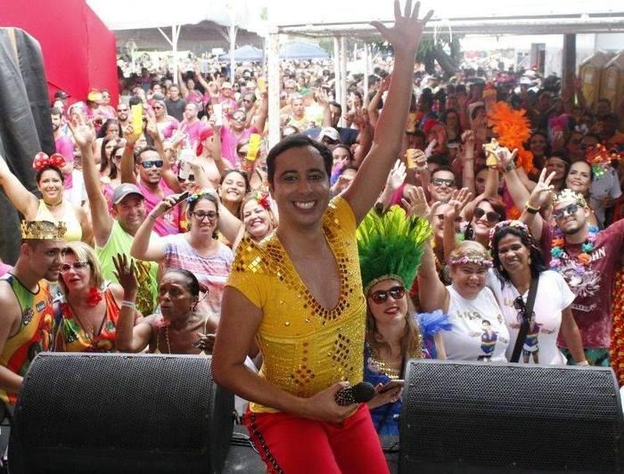 Luca de Melo é um cantor pernambucano que ficou conhecido por seu repertório que une romantismo e performances irreverentes.