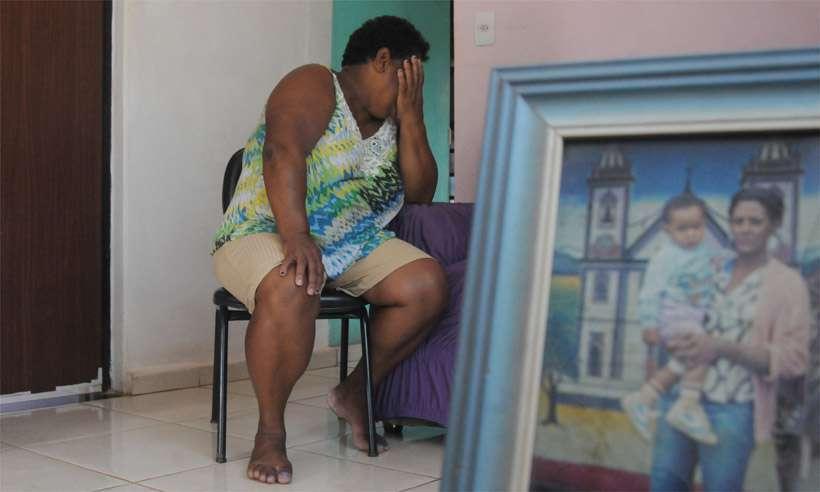 'Já não basta o sofrimento de perder meu filho, agora não tenho mais o direito de ter perto um pedaço dele. Essa tragédia destruiu e está destruindo muitos lares. Meu coração está cheio de sangue' - Malvina Firmino Nunes, de 61 anos, sobre a perda do filho, Peterson Firmino Nunes Ribeiro, de 35, e a privação do convívio com os três netos, levados pela nora no dia do sepultamento. Foto: Túlio Santos/Estado de Minas