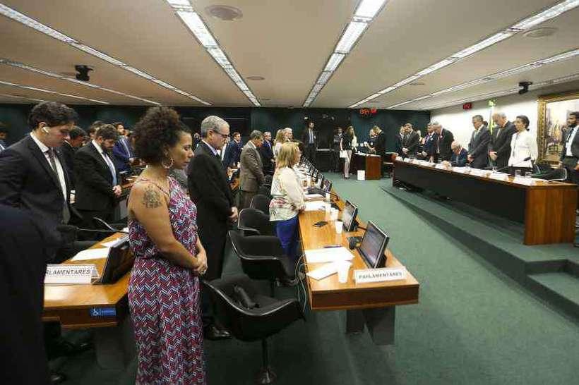 Durante o minuto de silêncio em respeito aos mortos, Schvartsman foi o único a permanecer sentado, de cabeça baixa. Foto: Marcelo Camargo/Agência Brasil