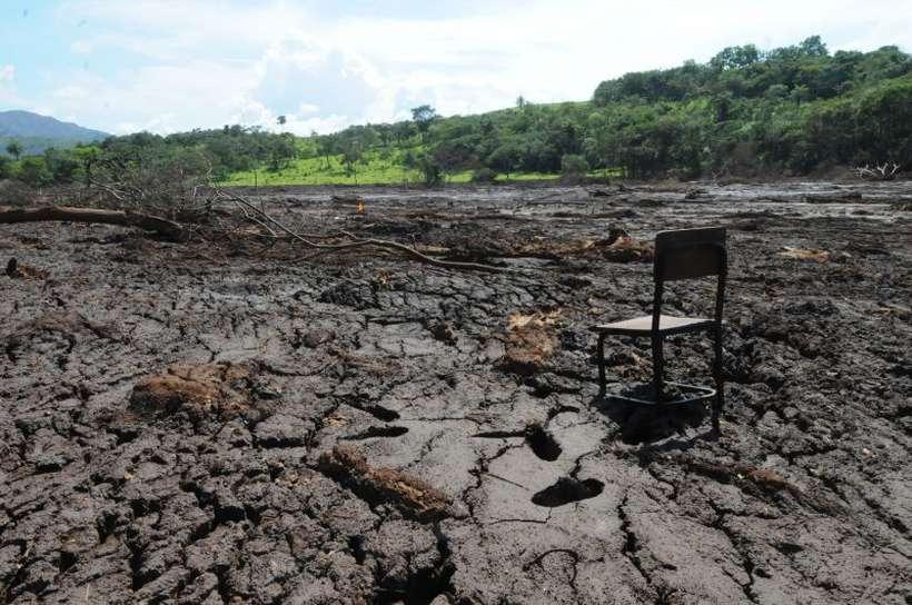 Cadeira solitária no meio da lama na comunidade Parque da Cachoeira, após o rompimento da barragem da Vale no Córrego do Feijão. Foto: Paulo Filgueiras/Estado de Minas