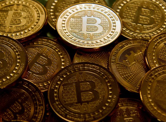 O bitcoin foi a primeira criptomoeda criada. Foto: Karen Bleier/AFP.