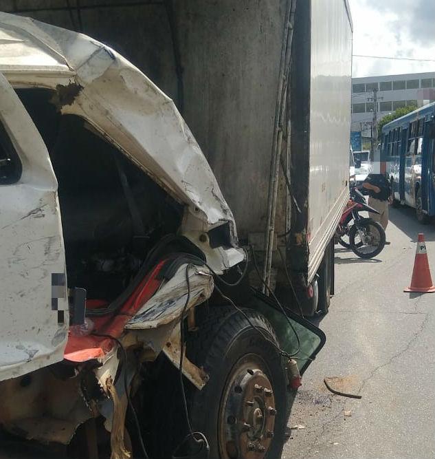 Apenas o motorista do caminhão apresentou ferimentos leves. Foto: Divulgação PRF