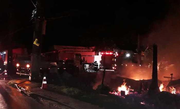 Segundo Bombeiros, chamas atingiram dez barracos. Foto: Divulgação/Bombeiros (Foto: Divulgação/Bombeiros)