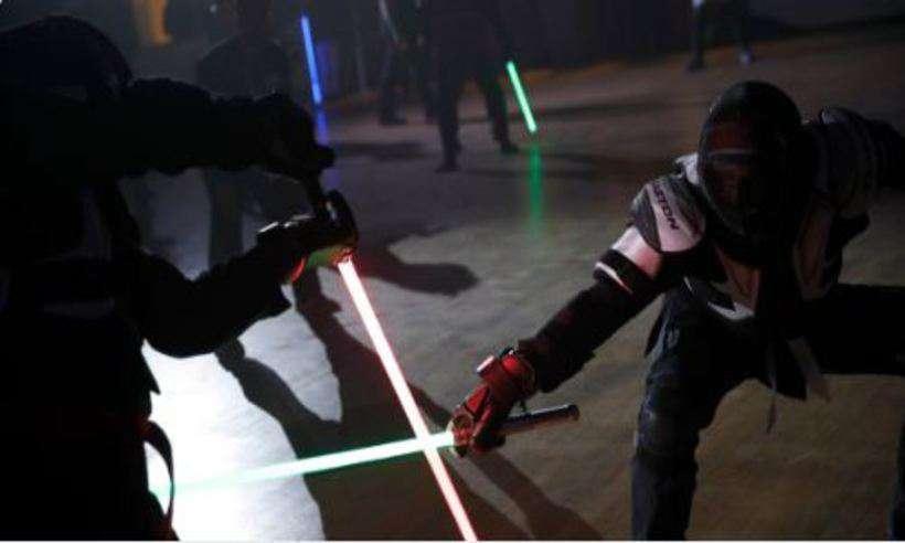 Clubes de esgrima da França vão receber as icônicas armas de Star Wars para incentivar jovens a praticar o esporte. Foto: Reprodução/Twitter