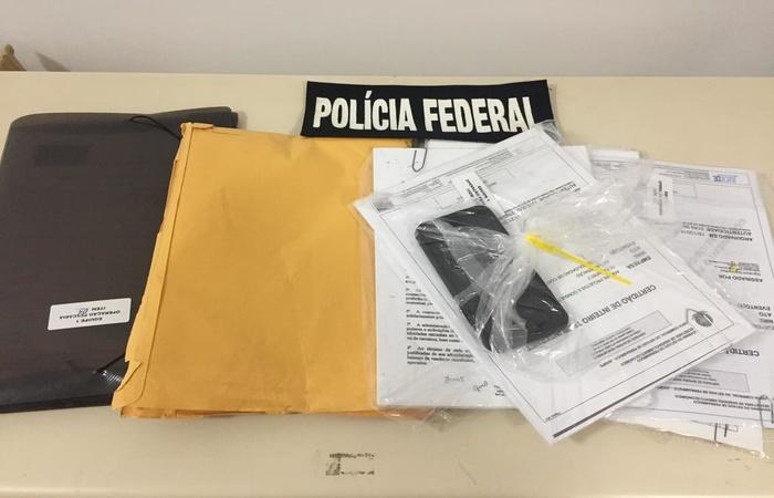 Documentos foram apreendidos por agentes da PF durante a realização da Operação (Foto: Divulgação / Assessoria Polícia Federal)