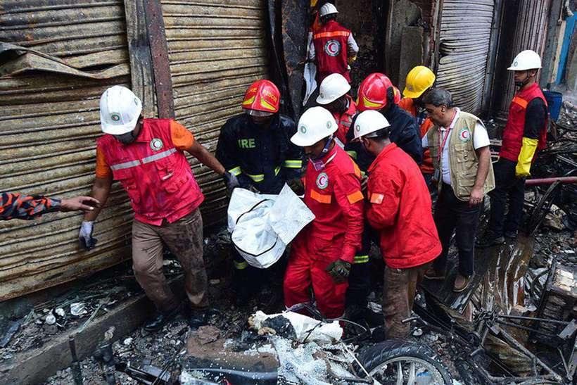 O fogo atingiu armazéns de produtos químicos e deixaram dezenas de pessoas presas nos edifícios de Daca. Foto: Munir Uz Zaman / AFP