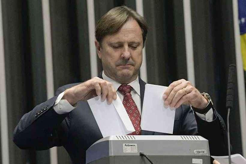 Após a decisão de anular a votação pela contagem de um voto a mais, cédulas são trituradas. Foto: Pedro França/Agência Senado