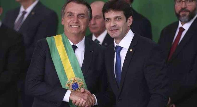 O presidente Jair Bolsonaro empossa o ministro do Turismo, Marcelo Álvaro Antônio, durante cerimônia de nomeação dos ministros de Estado, no Palácio do Planalto. Foto: Valter Campanato/Agência Brasil