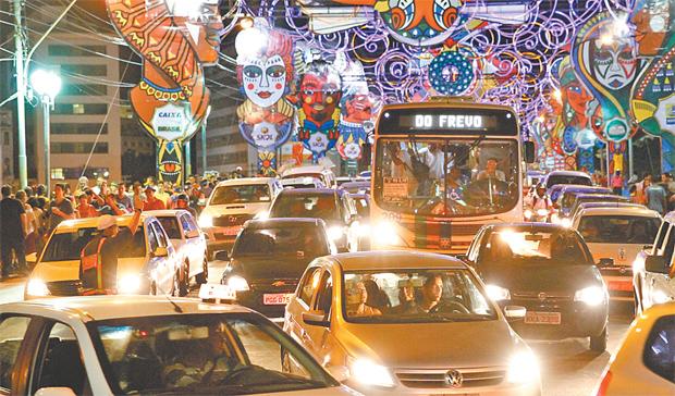 Blocos e troças desfilam por zonas Sul, Norte, Oeste e Centro da cidade. Foto: Ricardo Fernandes/DP