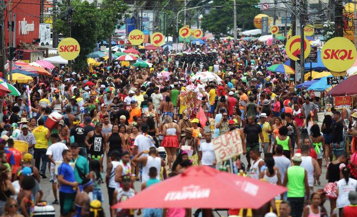 Foliões acompanharam o desfile das Virgens de Bairro que trouxe irreverência e protesto. Foto: Tarcisio Augusto/Esp.DP.