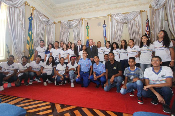 Os 25 selecionados para viajar em 2019 pelo programa foram recebidos no Palácio do Campo das Princesas. Foto: Mandy Oliver/Esp.DP.