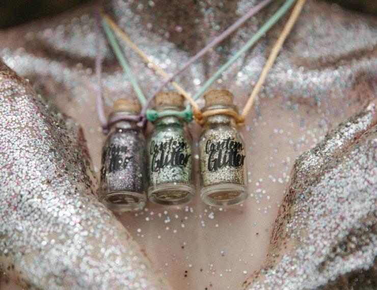 O glitter vem dominando os carnavais e ganhou versões biodegradáveis. Foto: Contém Glitter/Divulgação