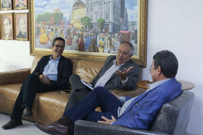 Humberto Cavalcanti (centro) foi recebido pela presidência do Diario. Foto: Mandy Oliver