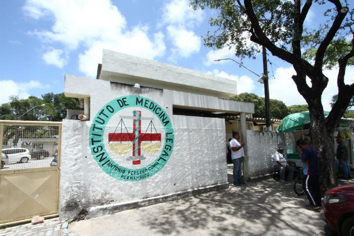 Corpos estão sendo identificados no IML, no Recife. Foto: Marlon Diego/Esp.DP.