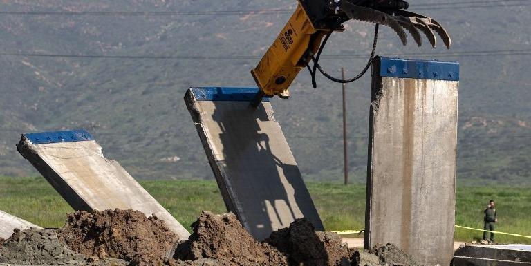 Sete blocos foram derrubados por máquinas deixando apenas muro de metal erguido. Foto: Guilhermo Arias / AFP