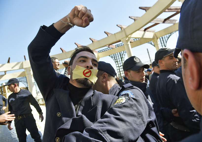 A Argélia vive há quase uma semana um grande movimento de protestos contra a perspectiva de um quinto mandato do presidente Abdelaziz Bouteflika, no poder desde 1999. Foto: Ryad Kramdi / AFP