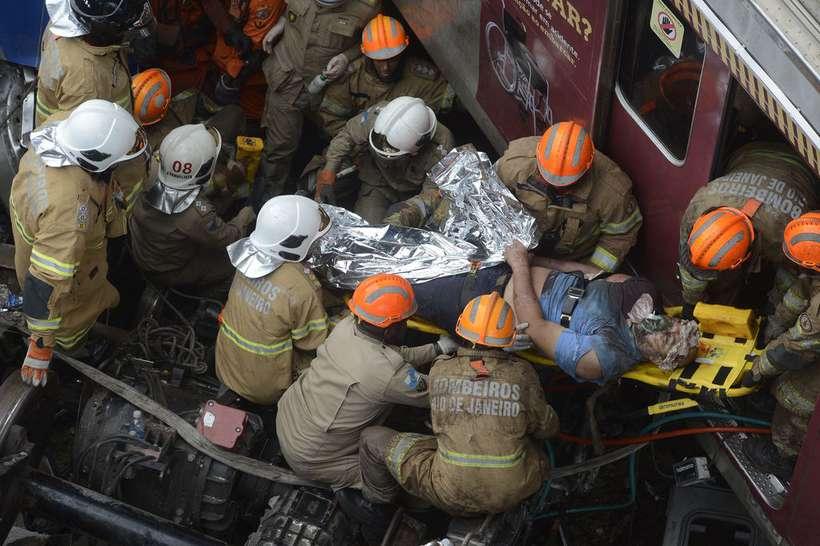 Bombeiros retiram maquinista das ferragens após colisão no Rio. Foto: Fernando Frazão/Agência Brasil