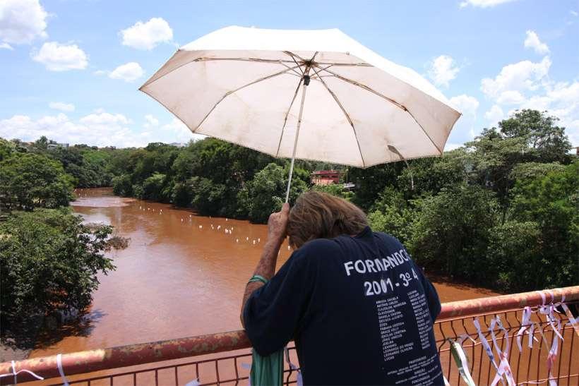 Rio Paraopeba visto de ponte em Brumadinho durante solenidade de um mês do rompimento da barragem: turbidez elevada denuncia estragos. Foto: Edésio Ferreira/EM/DA Press - 25/2/19
