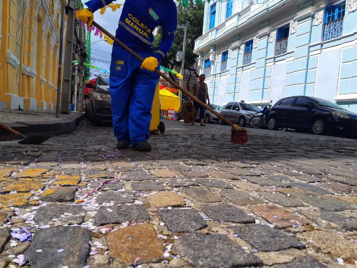 Na manhã desta sexta-feira (1º), equipes fizeram o trabalho de limpeza do Bairro do Recife. Foto: Gabriel Melo/Esp.DP.
